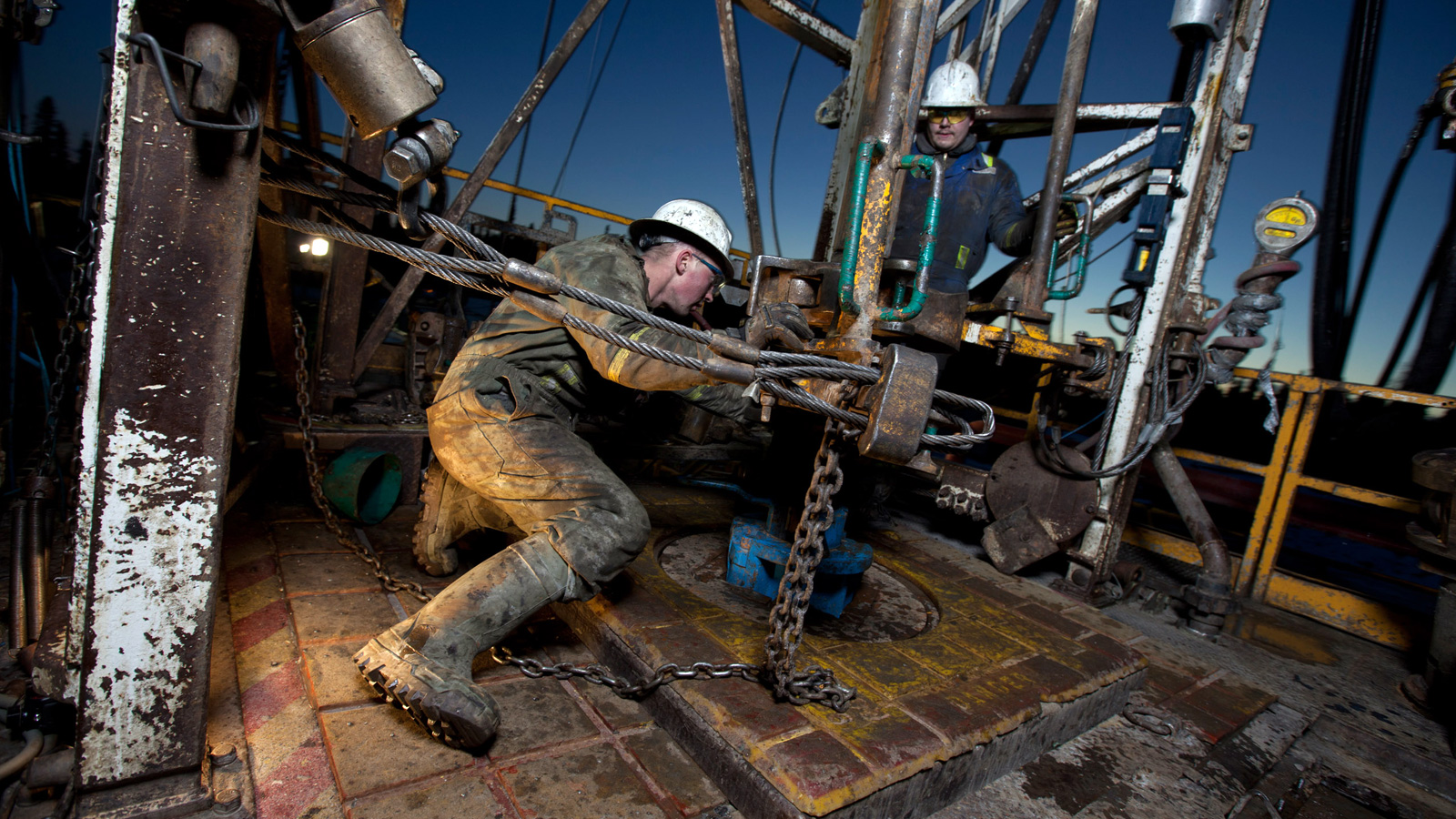oil-workers-with-drillhead